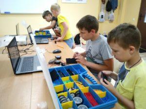 Фото детей в клубе робототехники