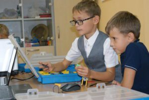 Дети в клубе робототехники за работой