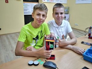 Дети в клубе робототехники роботрек за работой