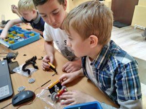 Дети в клубе робототехники и программирования роботрек собирают модель робота