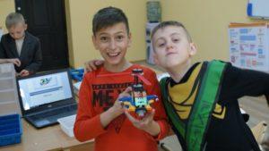 Дети в клубе робототехники роботрек и их модели